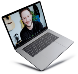 Andreas Jäger ist auf einem Laptop zu sehen, wie er gerade an einem Zoom Meeting teilnimmt