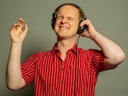 Christian Ohrens trägt einen Kopfhörer und genießt die Musik.