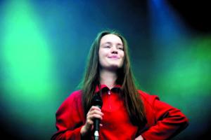 Die norwegische Sängerin Siegrid steht auf der Bühne